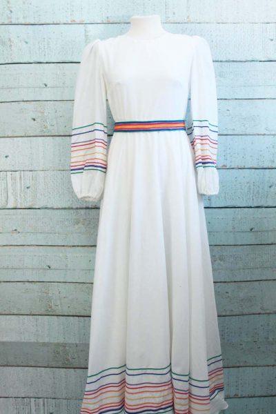 Bijzondere jurk met gekleurde details...